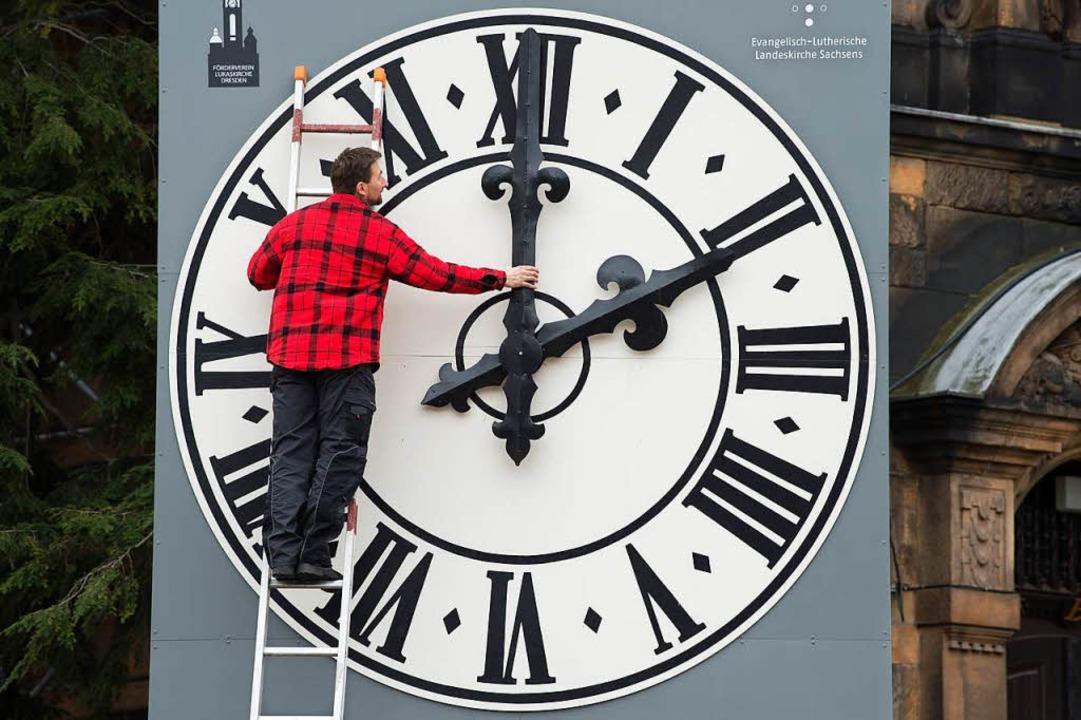 Noch wird zweimal im Jahr an der Uhr gedreht.  | Foto: dpa