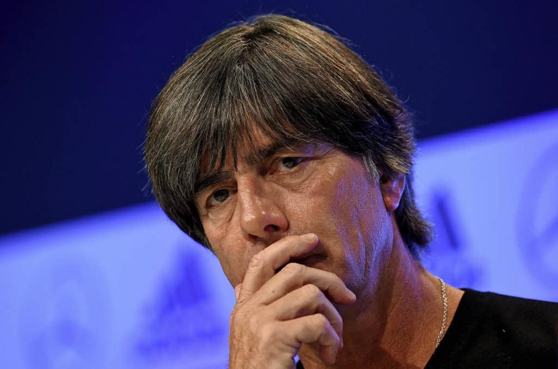 Joachim Löw wirkt noch immer sehr nach...anz großen Wurf präsentiert er nicht.   | Foto: DPA