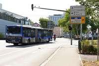Busse biegen auf falscher Spur ab und bringen Radler in Bedrängnis
