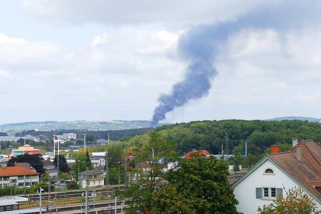 Die Rauchsäule ist weithin sichtbar.  | Foto: Ulrich Senf
