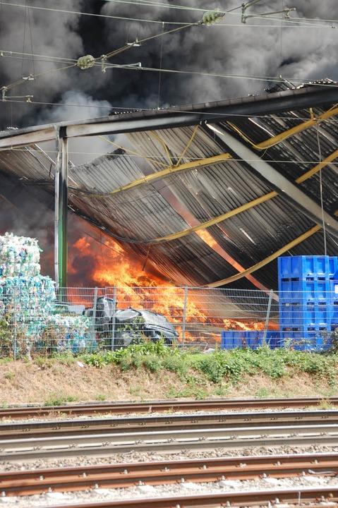 Das Feuer bringt Teile der Halle zum Einsturz.  | Foto: Herbert Frey