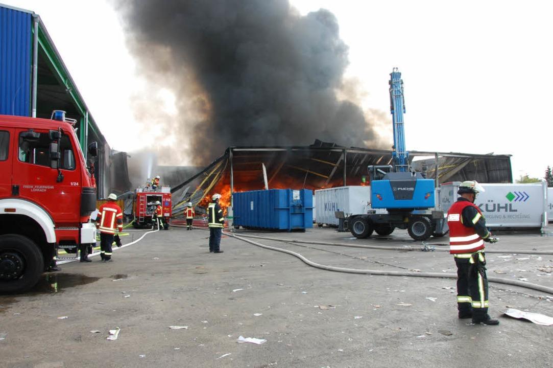 Die Feuerwehr kann das Übergreifen auf... zweite Lagerhalle (links) verhindern.  | Foto: Herbert Frey