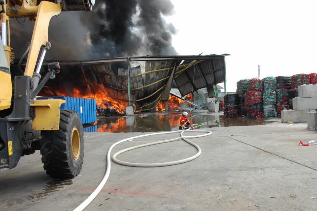 Die Lagerhalle wurde ein Raub der Flammen.  | Foto: Herbert Frey