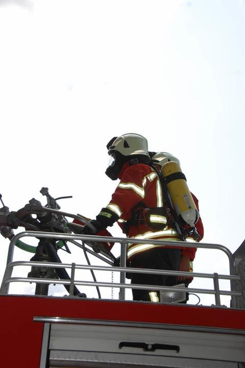 Auch die Wehrleute auf den Fahrzeugen tragen Atemschutz  | Foto: Herbert Frey