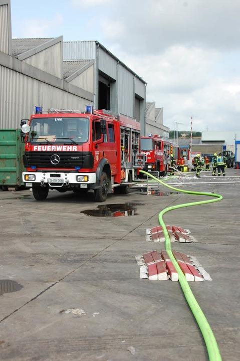 Die Rettungskräfte waren mit rund 100 ... und zahlreichen Fahrzeugen im Einsatz  | Foto: Herbert Frey