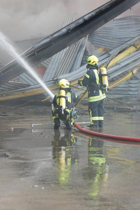 Von allen Seiten wird der Brand bekämpft.  | Foto: Herbert Frey