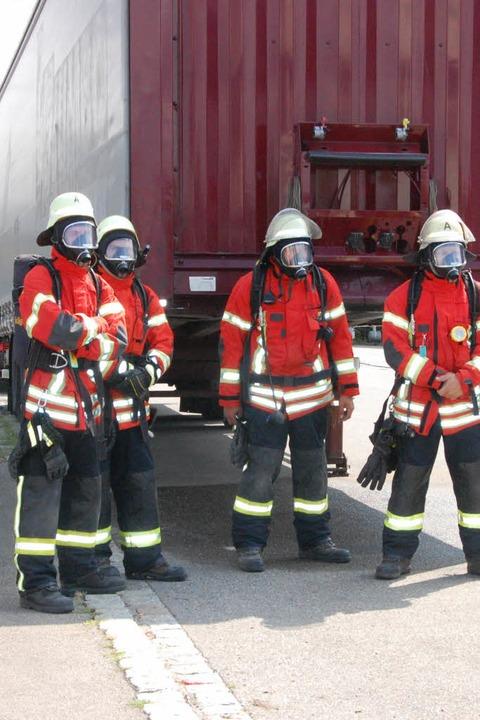 Atemschutzträger warten auf ihren Einsatz  | Foto: Herbert Frey