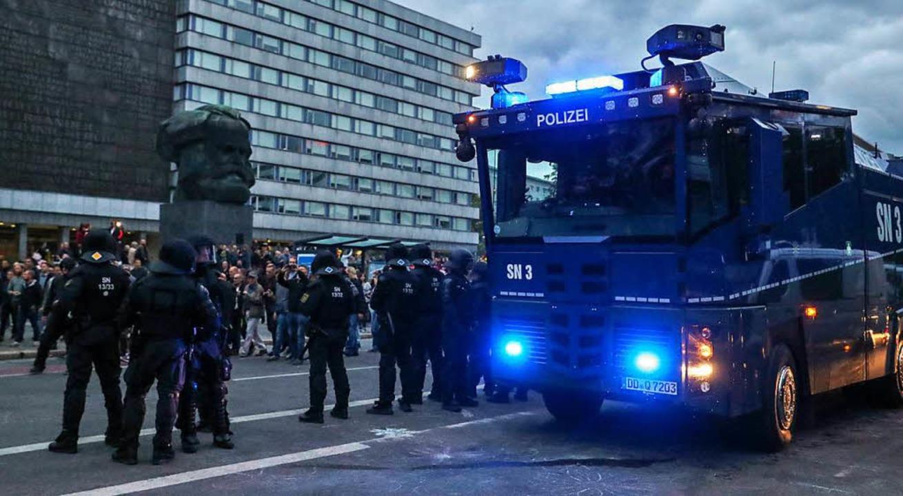 Mit Wasserwerfern - wie hier bei einem... sächsischen Kolleginnen und Kollegen.  | Foto: dpa