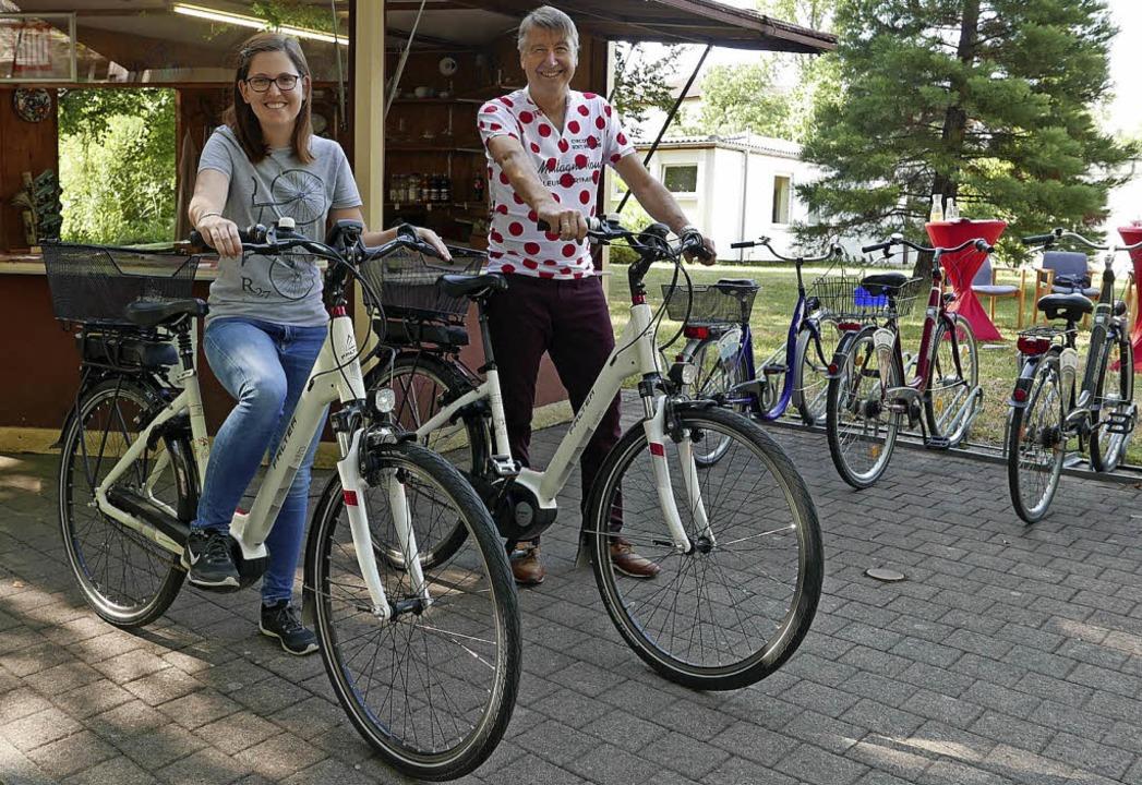 E-Bike-Guide Esther Siegel und Kurdire...e) freuen sich über das neue Angebot.   | Foto: H.-P. Müller