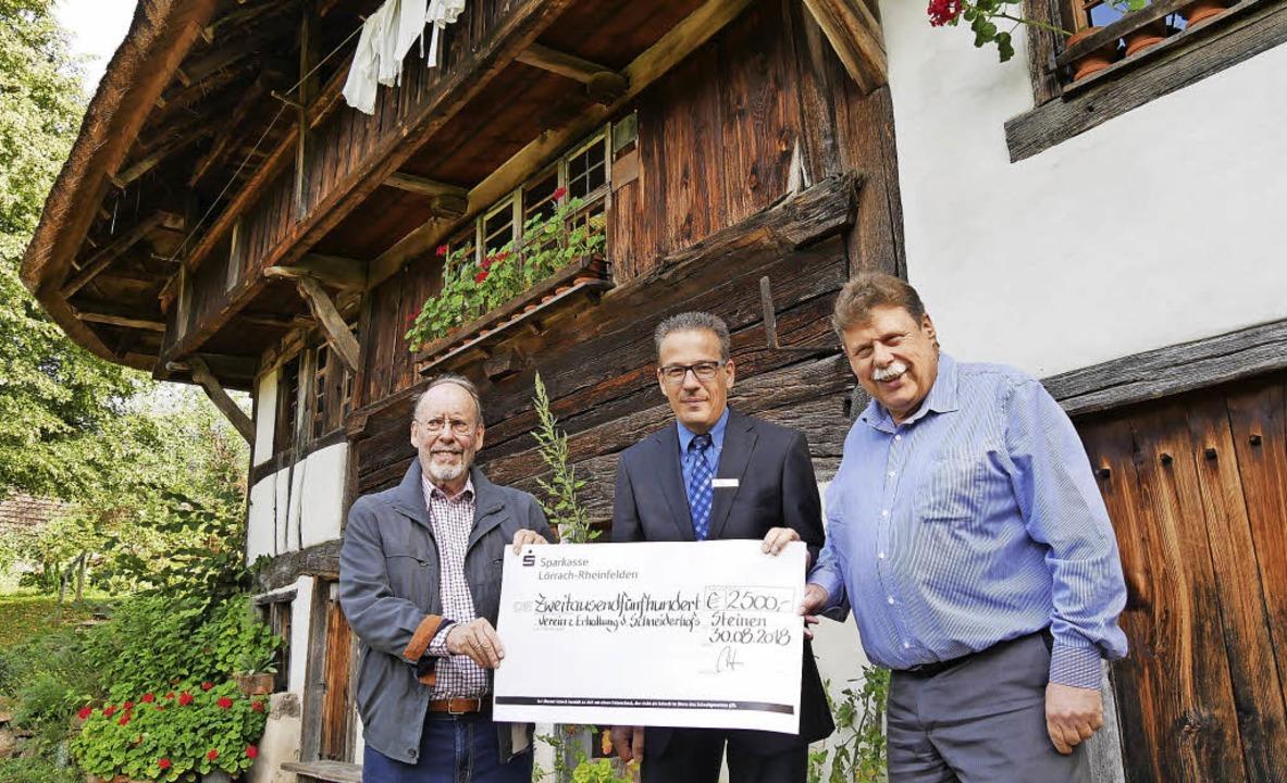 2500 Euro spendet die Sparkasse Lörrac...rein zur Erhaltung des Schneiderhofs.   | Foto: Robert Bergmann