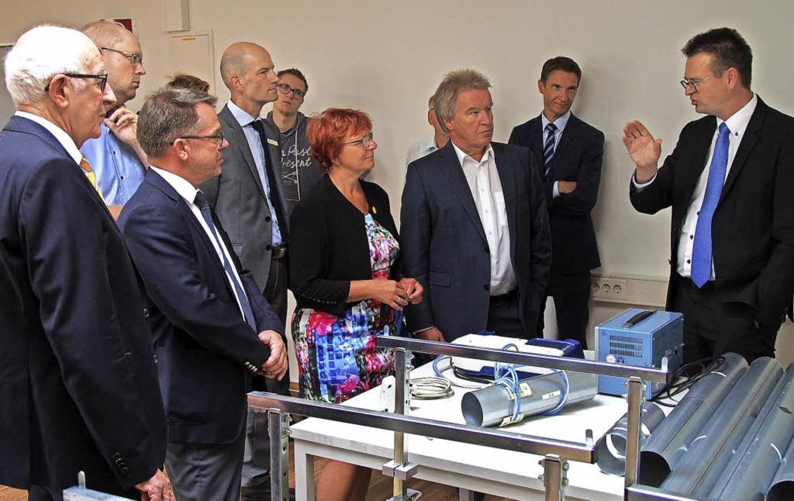Umweltminister Franz Untersteller (Dri...k der Luftdurchflussmessung erklären.     Foto: Markus Donner