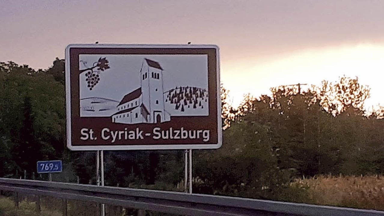 Das Hinweisschild auf Sulzburg an der A5 fällt ins Auge.   | Foto: mps