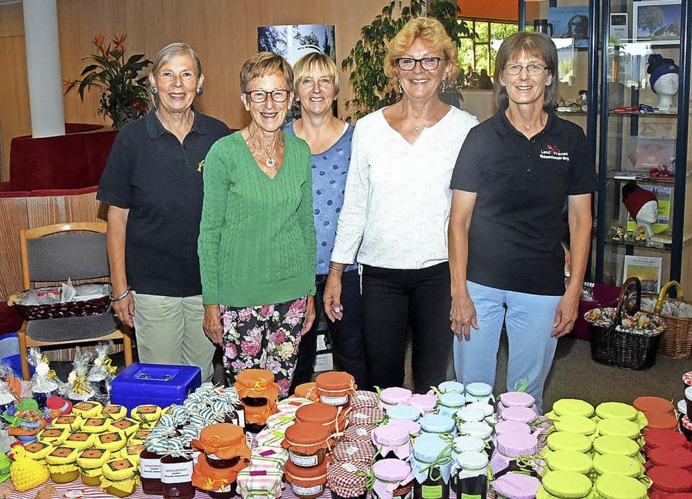 Die Landfrauen Margot Jörg, Helga Bohr...k (von links) mit ihrem Warenangebot.   | Foto: Stefan Pichler