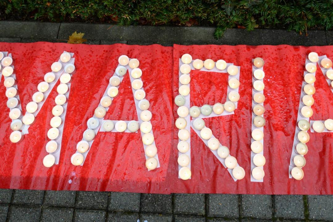 Ein halbes Jahr nach ihrem Verschwinde...gen vor der Polizeidirektion Freiburg.  | Foto: dpa