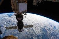 Astronauten dichten Riss in Raumkapsel mit Klebstoff ab