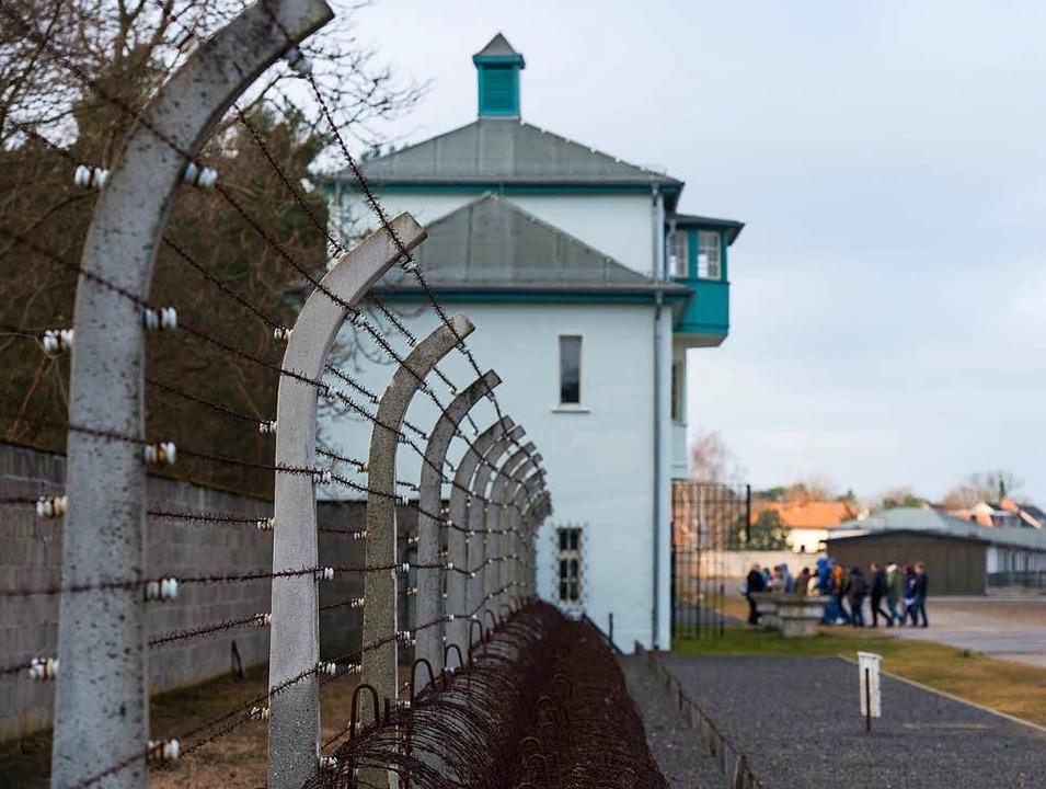 Stacheldraht umspannt das ehemalige Ko...usen, heutige Gedenkstätte und Museum.  | Foto: dpa