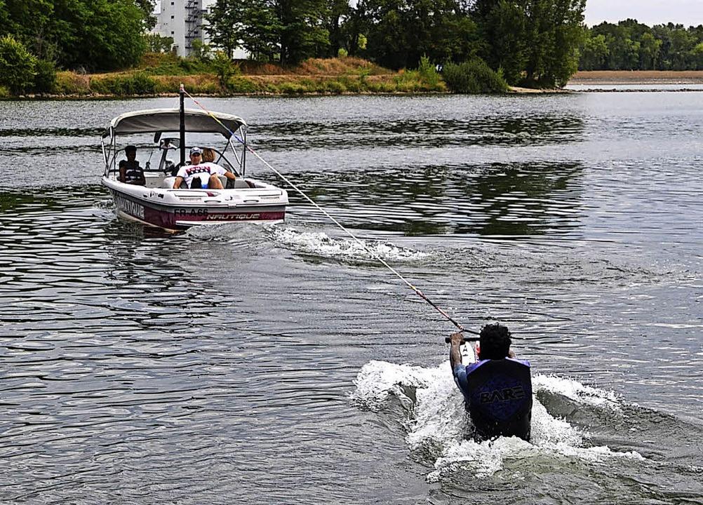 Gut festhalten: Wasserskifahren auf dem Altrhein bei Sasbach   | Foto: Roland Vitt