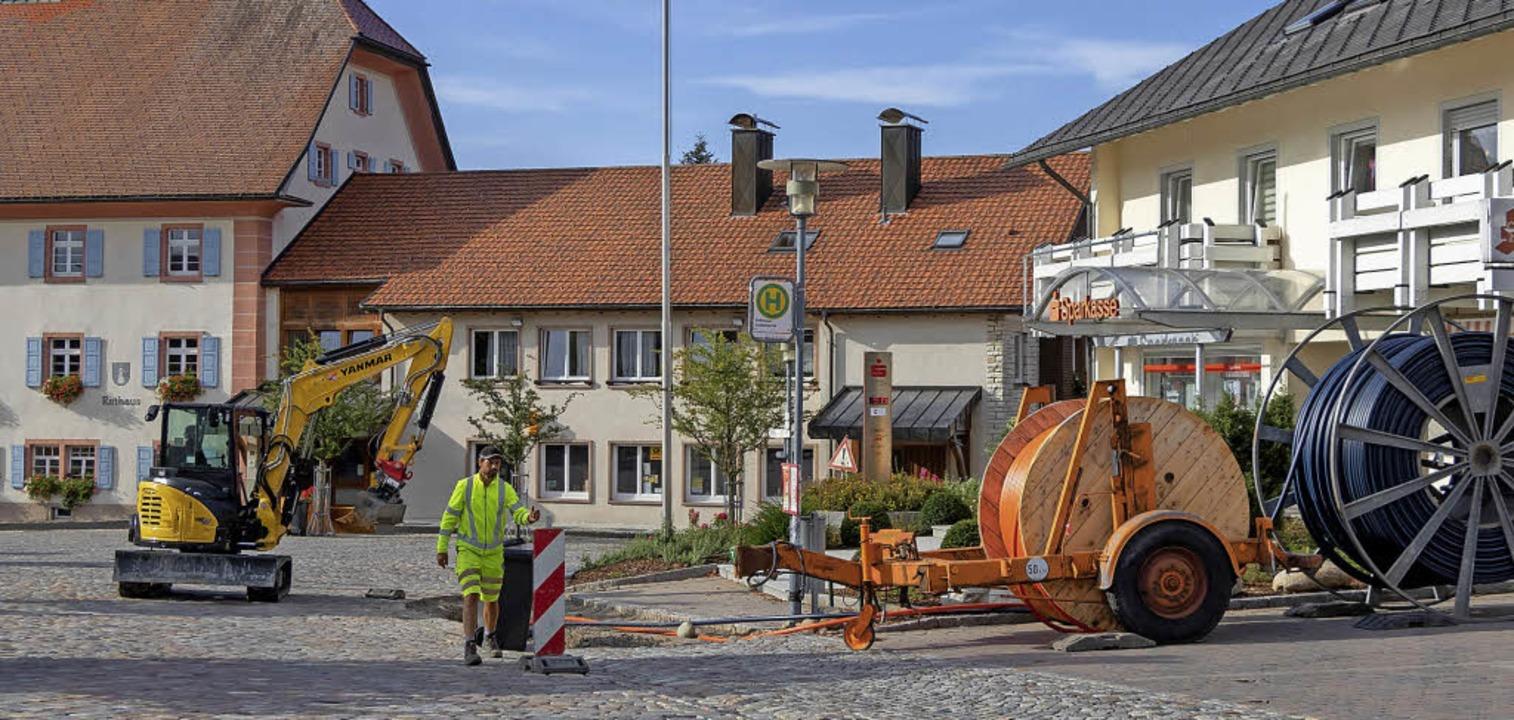 Auf dem Dorfplatz in Grafenhausen lauf...errohre für Glasfaser werden verlegt.   | Foto: Wilfried Dieckmann