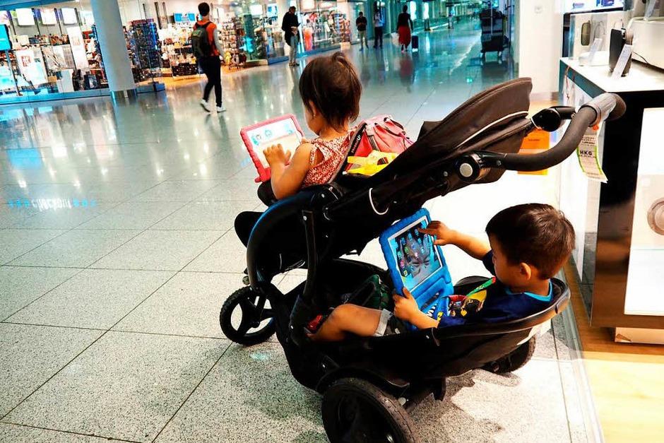 Hermann Künzig: Kurz vor Abflug  am Flughafen München hatte uns eine japanische Mutter gebeten, den Blick auf ihre Kinder zu werfen. Ohne dieses Fahrzeug für ihre Kinder wäre ihre Reise kaum möglich gewesen. Früh übt sich. (Foto: Hermann Künzig)