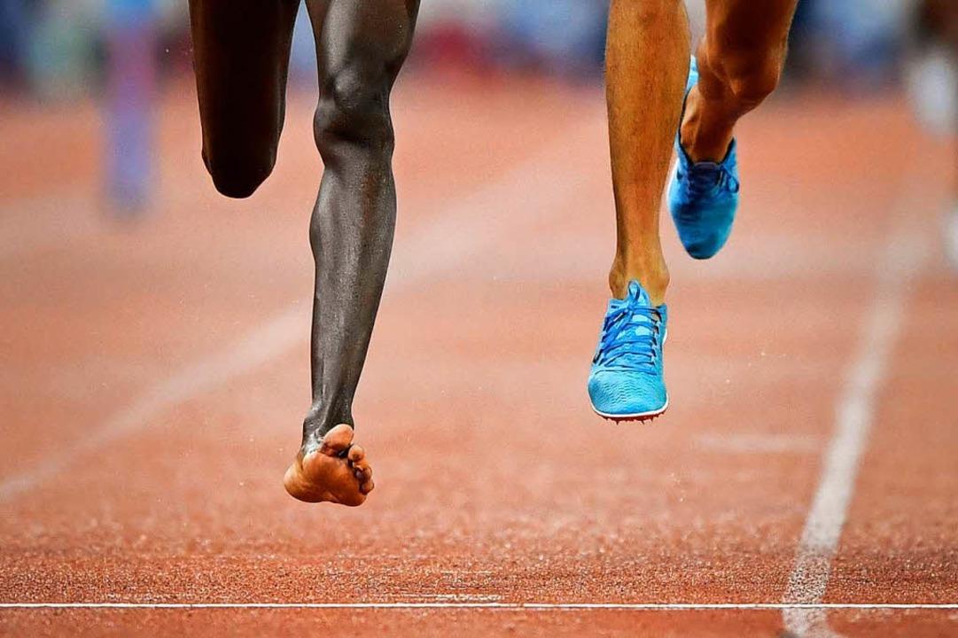 Dieses Bild zeigt den nackten Fuß von ...n nach 250 Metern seinen Schuh verlor.  | Foto: AFP