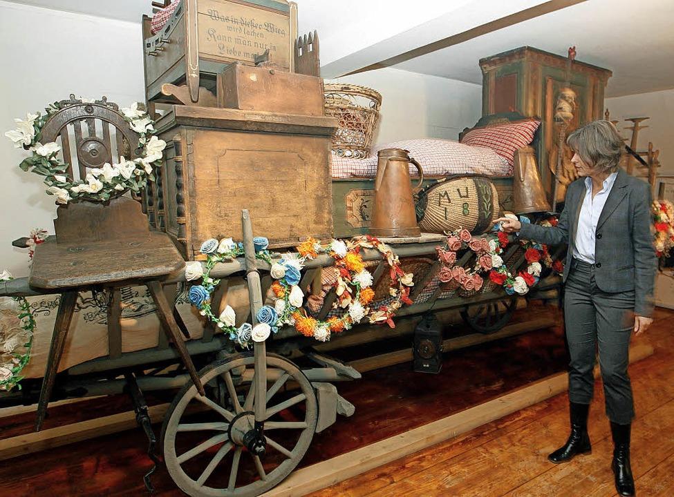 Ein Kammer- oder Bräutlewagen mit Aussteuerware in einem fränkischen Museum   | Foto: dpa