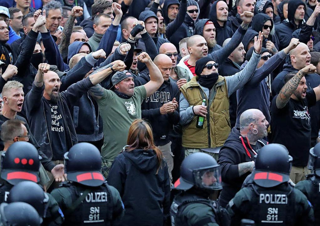 Rechte Demonstranten in Chemnitz    Foto:  DPA