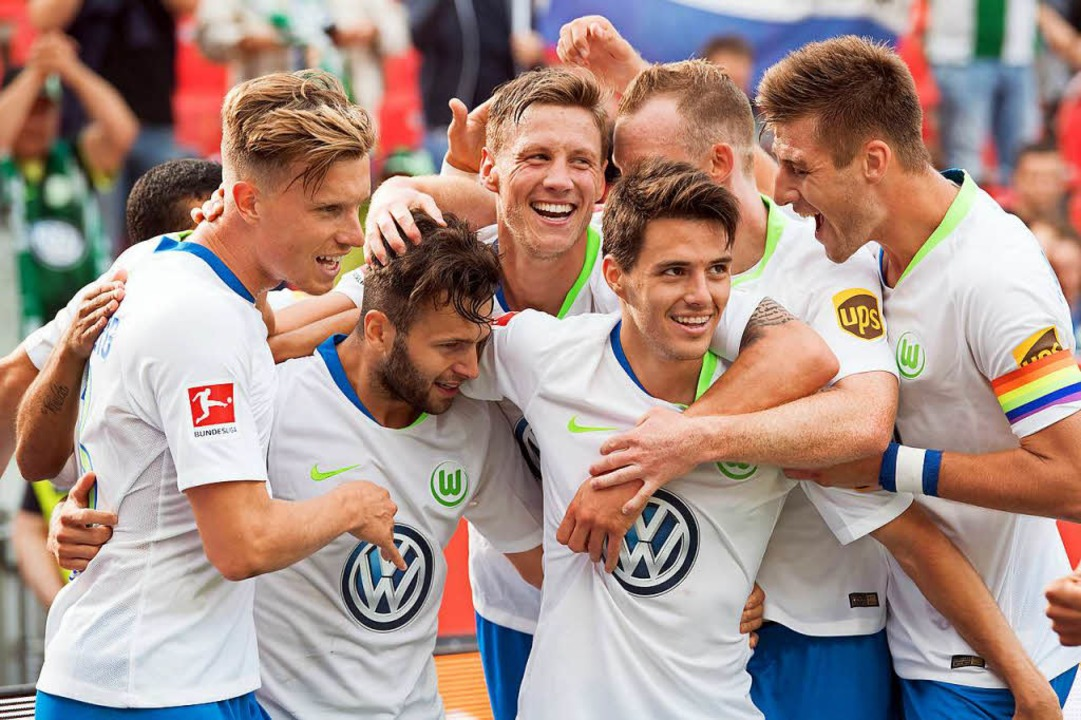 Zweiter Sieg im zweiten Spiel: Der VfL Wolfsburg ist Tabellenführer.  | Foto: dpa