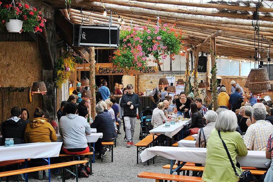 Auch unter grauem Himmel war das Pfaffenweilermer Schneckenfest wieder ein Erfolg. An drei Festtagen ließen sich die Besucher bestens unterhalten und bewirten. (Foto: Ralph Fautz)