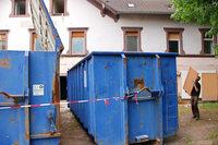 """Im früheren Nachtclub """"Red Paradise"""" wird tonnenweise Müll herausgeholt"""