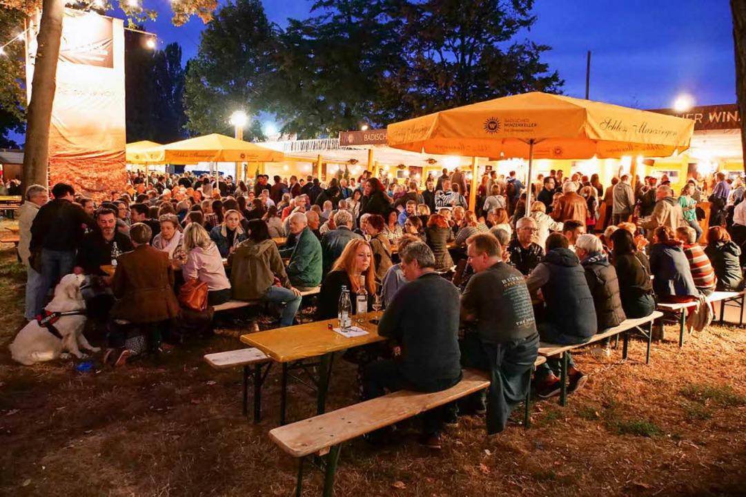 Am Samstagabend waren die Tische und Bänke im Weindorf sehr gut besetzt.  | Foto: Patrick Kerber