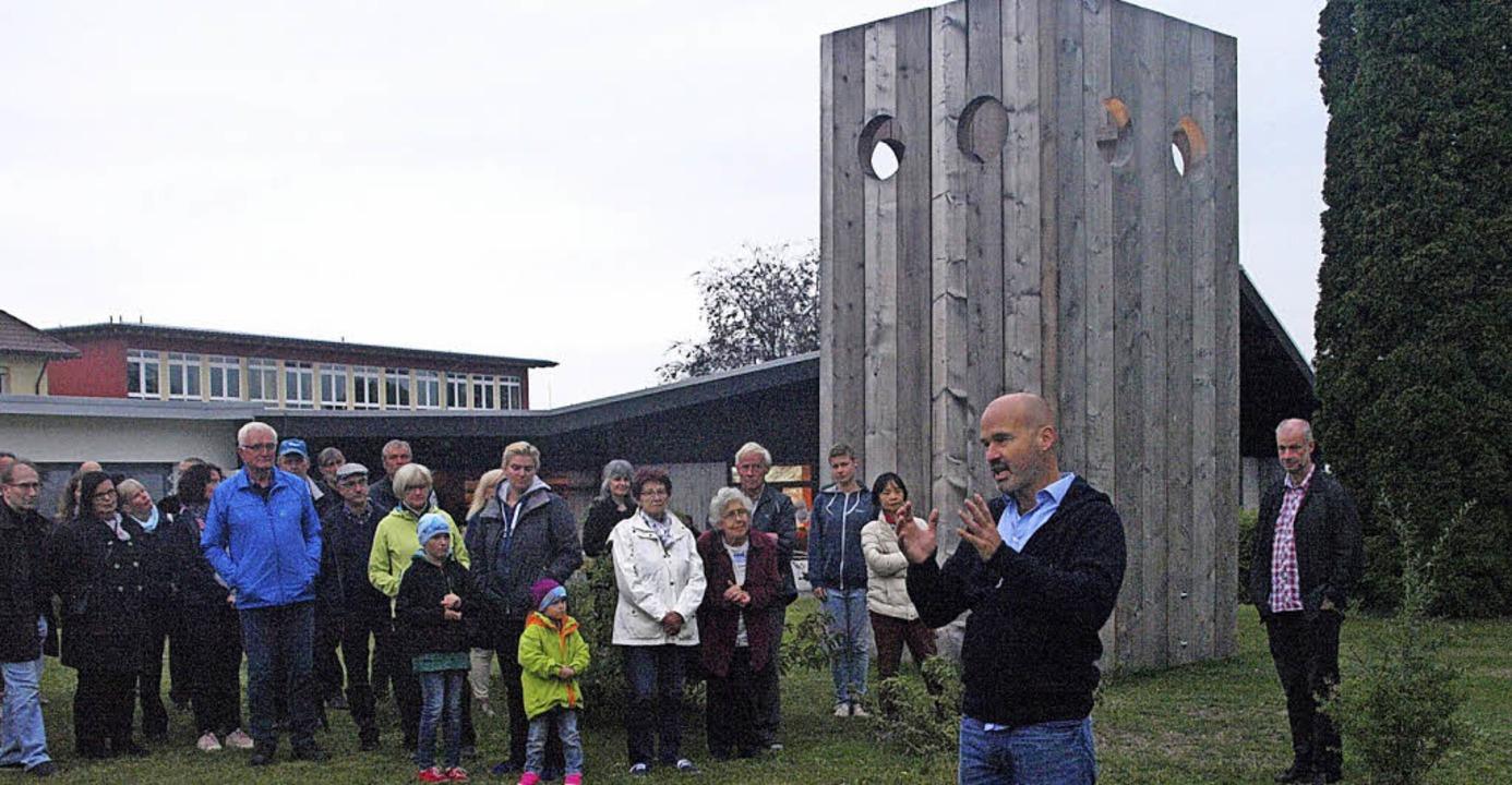 Marco Schuler präsentierte seine Holzi...als vor dem Video loop von Tobias Eder  | Foto: Karin Stöckl-Steinebrunner