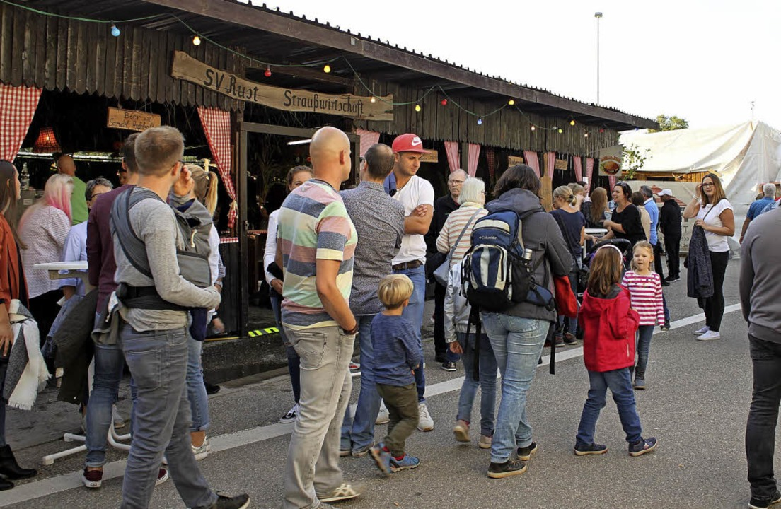 Bürgermeister Kai-Achim Klare versprüh...raßenfest trotz des Regens gute Laune.  | Foto: Adelbert Mutz