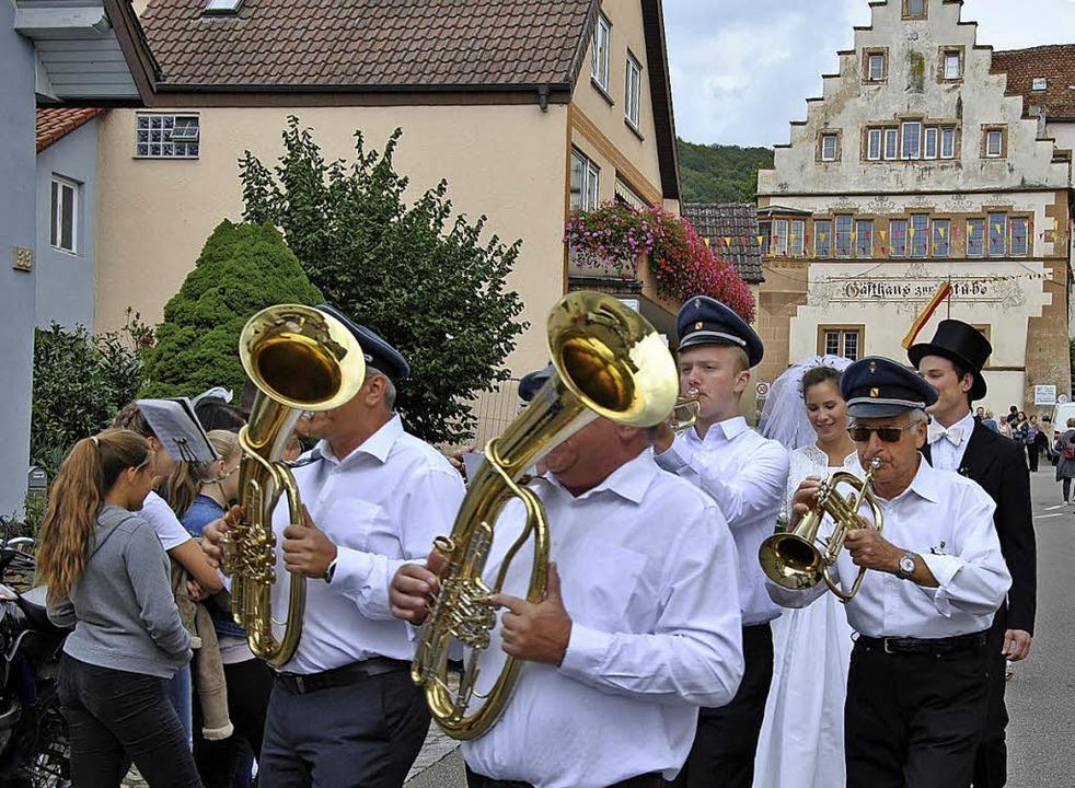 Eine traditionelle Hochzeit aus früher...ne Waibel, Bräutigam Mathias Blattmann    Foto: Ralph Fautz