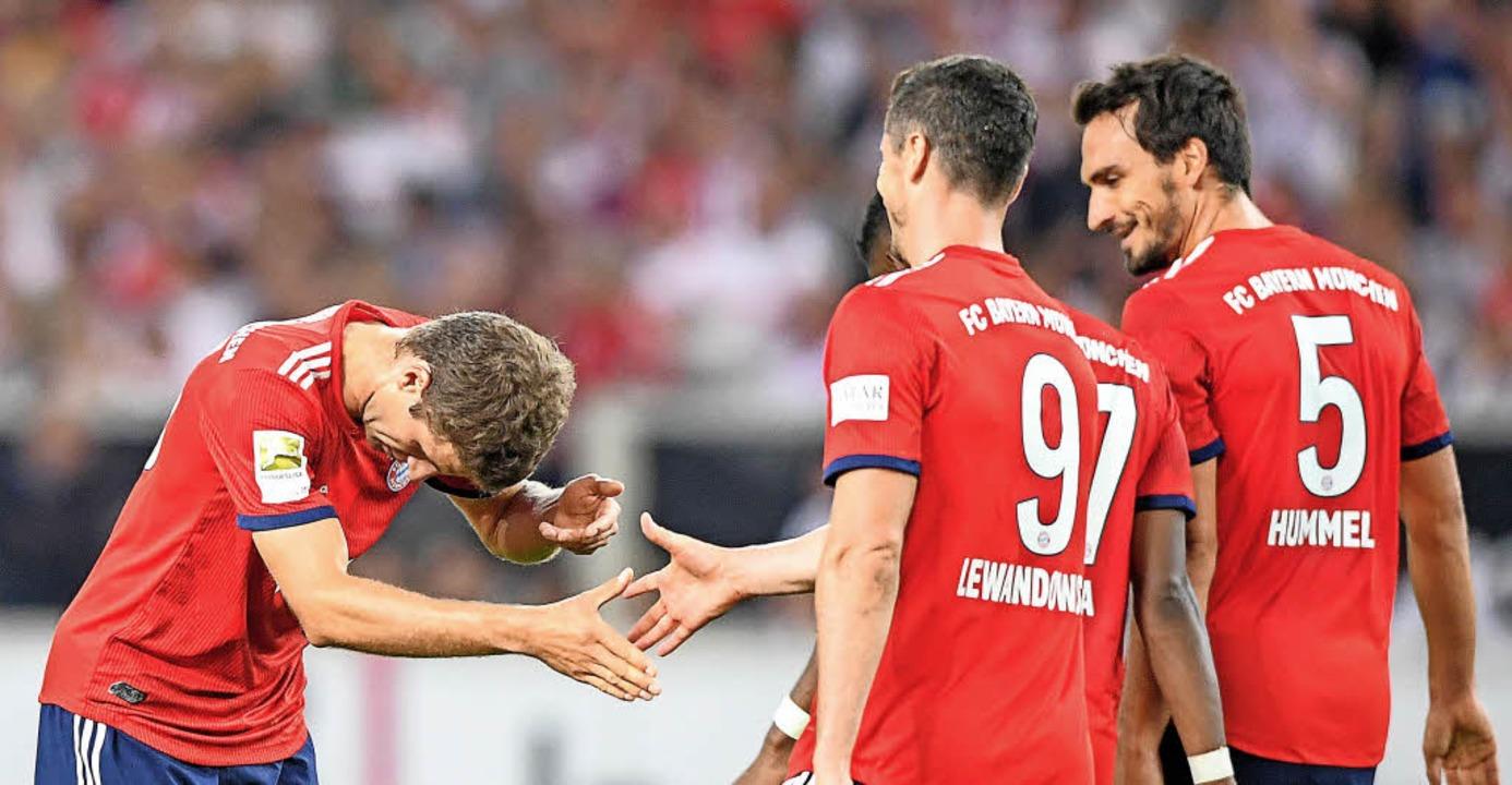 Thomas Müller (links) bedankt sich per...orlage zu Müllers 3:0 gegeben hatte.    | Foto: DPA