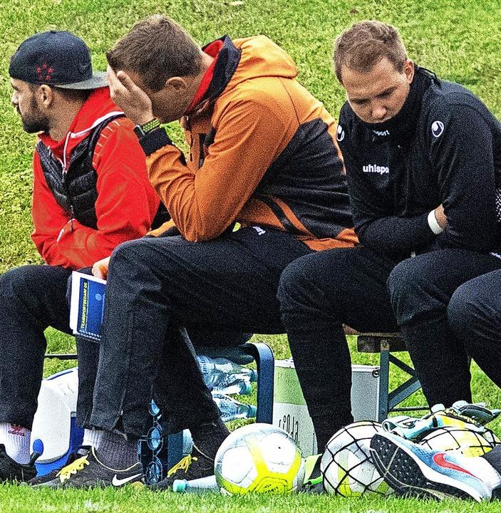 Der Löffinger Trainer Uli Bärmann (Mit... FC Singen  Chance um  Chance vergab.   | Foto: Scheu
