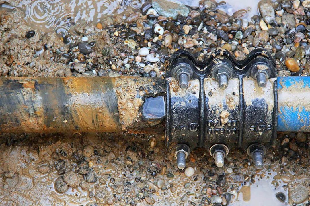 Nach der ersten Reparatur brach an dem alten Eisenrohr ein zweites Loch auf.  | Foto: Horst David