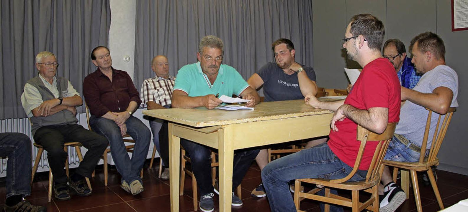 In der Ortschaftsratssitzung im alten ...teher Bernhard Engel und Roland Kech.   | Foto: Yvonne Würth