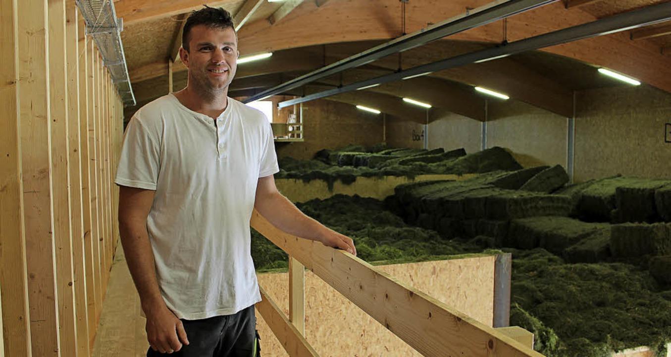 Landwirt Mathias Friedrich zeigt das I...oßen Boxen sind bereits voll mit Heu.   | Foto: Guy Simon