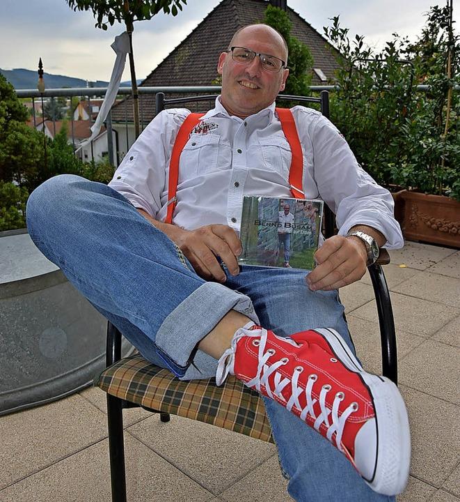 Bernd Busam ist stolz auf seine  CD.     Foto: Vollmar