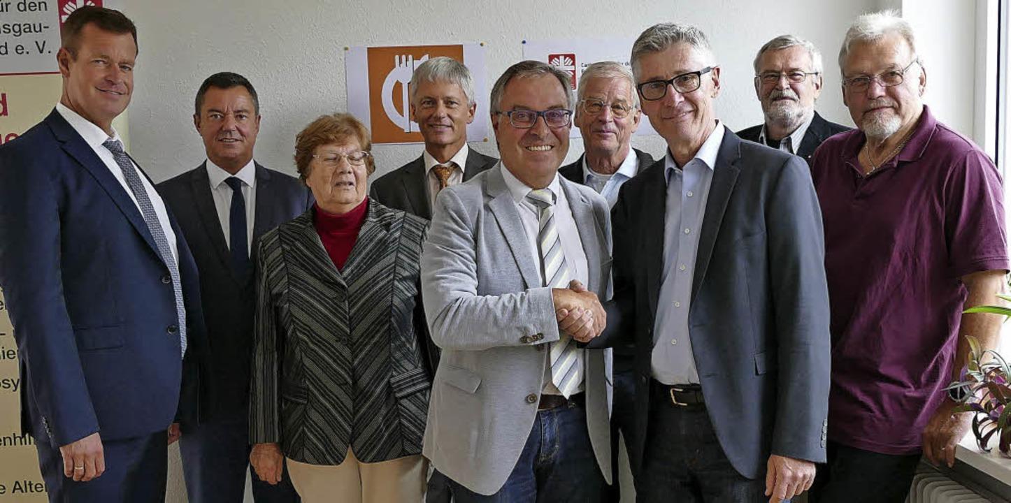 Trägerwechsel besiegelt: Mit Caritasvo...s Runge, Georg Grandy und Klaus Hoppe   | Foto: Fotos: Hans-Peter Müller