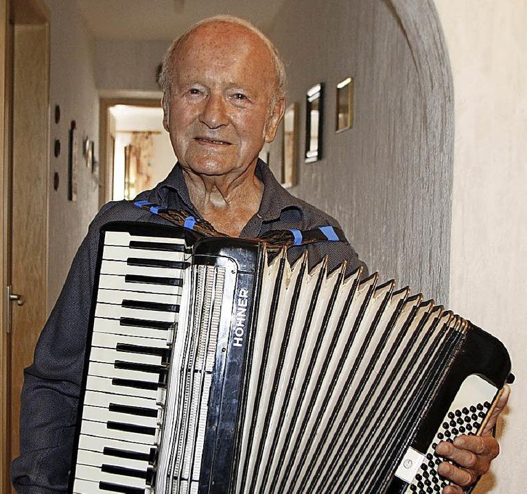 Johann Bauer spielt noch immer gerne auf dem  Akkordeon.   | Foto: Heidi Fössel