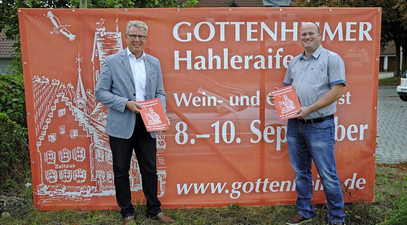 Gottenheims Bürgermeister Christian Ri...sler vor der Festwerbung am Bahnhof.      Foto: Manfred Frietsch