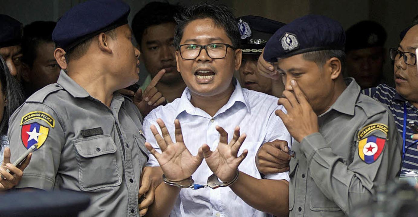 Der Journalist Wa Lone  verlässt in Handschellen das Gericht.   | Foto: dpa