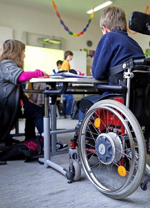 Ein Junge im Rollstuhl in einer fünften Inklusionsklasse  | Foto: DPA