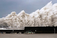Stärkster Taifun seit 25 Jahren trifft auf Japan