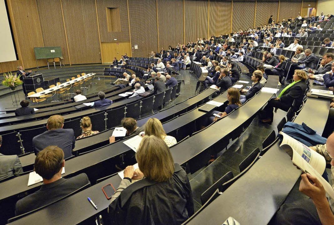 Ökonom Peter Cramton spricht an der Freiburger Uni über neue Märkte.   | Foto: Michael Bamberger