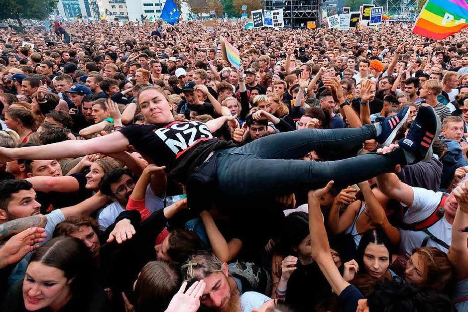 Rund 65.000 Besucher und zahlreiche Musik-Stars haben sich bei einem Open-Air-Konzert in Chemnitz gegen Ausländerfeindlichkeit und rechtsextreme Gewalt stark gemacht. (Foto: dpa)