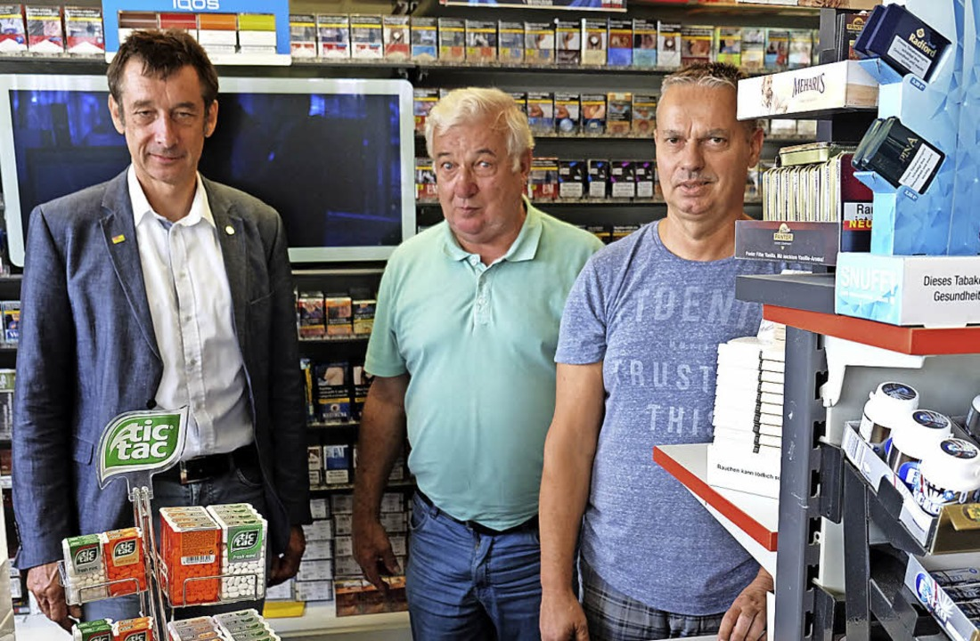 Kurzpraktikum in der Tankstelle: Chris...arbeiter Christian Unger (von links).   | Foto: Martin Pfefferle
