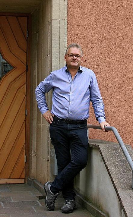 Ortsvorsteher Manfred Schanz vor dem Bürgerhaus in Mauchen.  | Foto: Johannes Renner