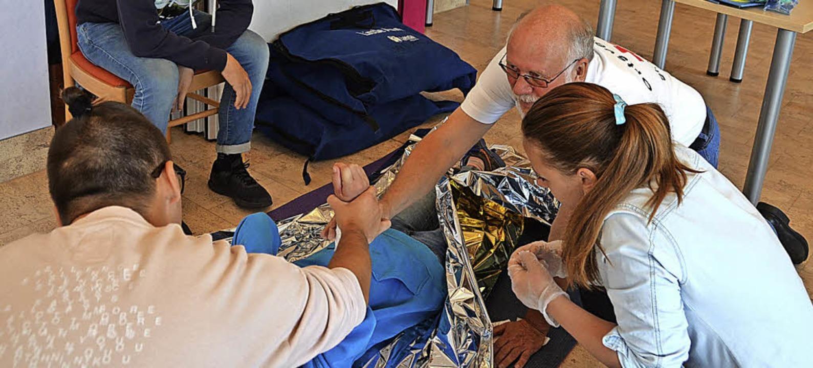 Viel brachte Gerhard Albiez (rechts) v...en Auszubildenden über erste Hilfe bei  | Foto: Christiane Sahli